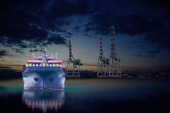 Skepp i gods för skeppsdockaimportexport Royaltyfri Bild