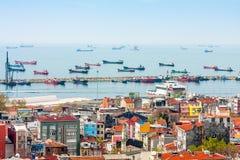 Skepp i hamnen av Bosphorusen i Istanbul Royaltyfri Foto