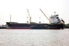 Skepp i lastporten. royaltyfria foton