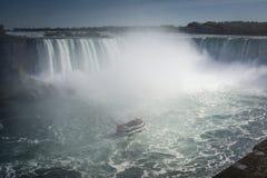 Skepp i misten av den Niagara Falls vattenfallet royaltyfri fotografi
