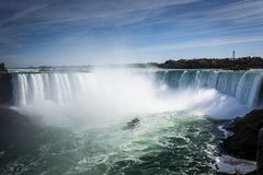 Skepp i misten av den Niagara Falls vattenfallet royaltyfria bilder