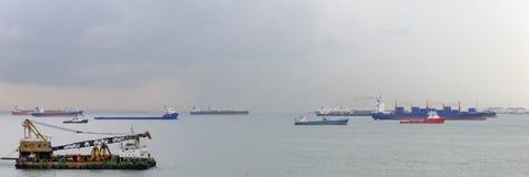 Skepp i port av Singapore arkivbild