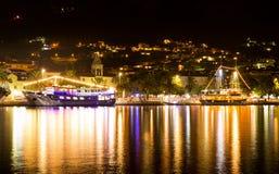 Skepp i porten av Makarska på natten, populär kroatisk semesterort Royaltyfri Foto