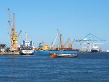 Skepp i scenisk hamnSeascapesikt royaltyfri fotografi