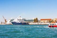 Skepp i slutlig port för venetian kryssning Royaltyfri Foto