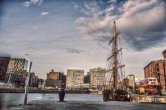 Skepp i staden royaltyfria bilder