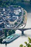 Skepp ligger förtöjt på en bank av floden Mosel i Tyskland Royaltyfria Foton