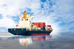 Skepp med behållareimporten & den stora asken för export till skeppsdockan Arkivbilder