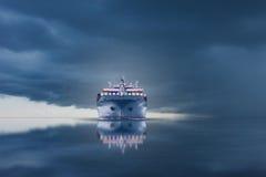 Skepp med behållareimportexporten på stormhimmel Royaltyfri Foto