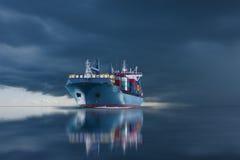Skepp med behållareimportexporten på stormhimmel Arkivbilder