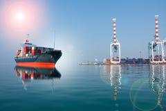 Skepp med behållarekörningen som ska anslutas Arkivfoto