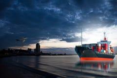 Skepp med behållaren fortfarande på stadsfjärden Royaltyfri Bild
