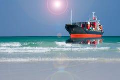 Skepp med behållaren i havet Royaltyfri Fotografi