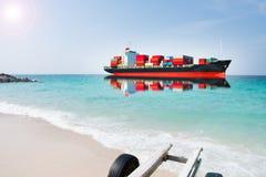 Skepp med behållaren på blurehavet Arkivfoton
