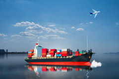 Skepp med behållaren på det blåa havet Royaltyfri Fotografi
