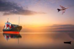 Skepp med behållaren på solnedgång Arkivbilder