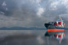 Skepp med contrainer på stormhimmel Royaltyfri Bild