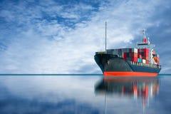 Skepp med den internationella behållareimportexporten Arkivbild