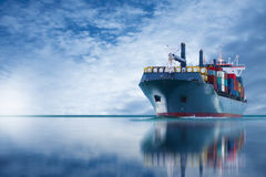 Skepp med den internationella behållareimportexporten Royaltyfri Bild