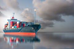 Skepp med den internationella behållaren på grå himmel Royaltyfria Foton