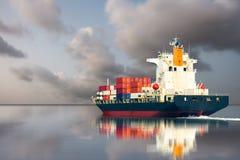 Skepp med den internationella behållaren på grå himmel Royaltyfri Fotografi