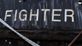 Skepp med den svarta skrovet som namnges kämpe arkivbild