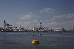 Skepp med kranar i hamnen Arkivbilder