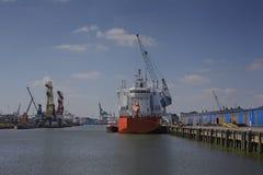 Skepp med lastkranar i hamnen Royaltyfri Fotografi
