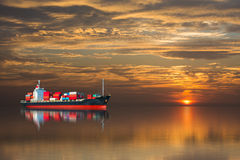 Skepp med mer contaier på solnedgång Royaltyfri Fotografi