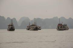 Skepp med sceniska klippor i mummel skäller länge, Vietnam Arkivbilder
