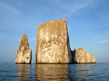 Skepp mellan vaggamonoliterna i Galapagos Royaltyfria Bilder