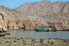 Skepp nära kust av den Musandam halvön i Oman royaltyfri bild