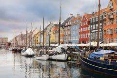 Skepp och anfaller med härlig sikt på färger som bygger i Köpenhamn Arkivbild