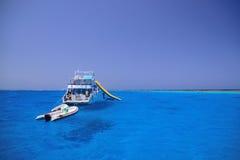 Skepp och fartyg i det blåa havsvattnet på reven Arkivfoton