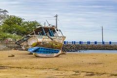 Skepp och fartyg som parkeras på stranden Arkivbilder