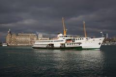Skepp och Haydarpasa station på Istanbu Royaltyfri Fotografi