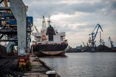 Skepp och kranar på en portterminal Royaltyfri Bild