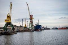 Skepp- och portkranar på reparationsområde Arkivfoto