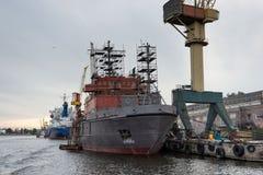 Skepp- och portkranar på reparationsområde Royaltyfria Bilder