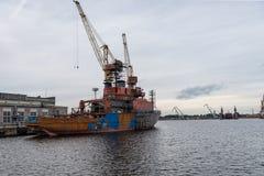 Skepp- och portkranar på reparationsområde Arkivbild
