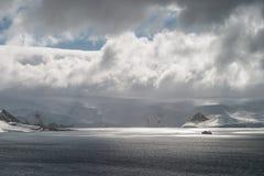 Skepp och solljus i Antarktis Arkivfoton