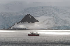 Skepp och solljus i Antarktis Royaltyfri Fotografi