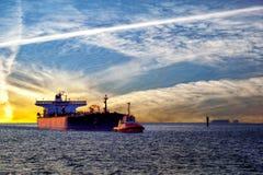 Skepp och solnedgång arkivbilder