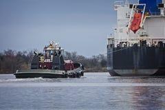 Skepp och Tow Boat som navigerar den skeppkanalen och floden Royaltyfri Bild