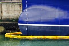 Skepp på att tanka för port Royaltyfria Bilder
