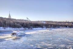 Skepp på den djupfrysta floden Moskva Royaltyfri Bild