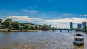 Skepp på den huvudsakliga floden, Frankfurt, Tyskland Arkivfoto