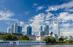 Skepp på den huvudsakliga floden, Frankfurt, Tyskland Arkivfoton