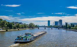 Skepp på den huvudsakliga floden, Frankfurt, Tyskland Royaltyfria Foton