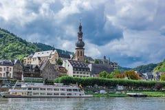 Skepp på den Moselle flodstranden i Cochem Fotografering för Bildbyråer